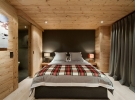 bedroom-with-pallet-walls-design